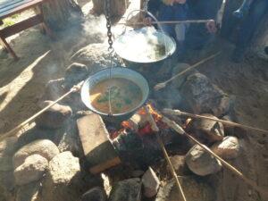 soep en broodjes boven het kampvuur