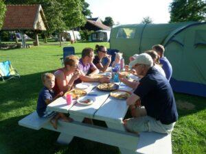 Camping Vorrelveen met z'n allen aan de picknicktafel